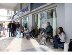 Günlerdir Banka Önünde Ev Nöbeti Tutuyorlar