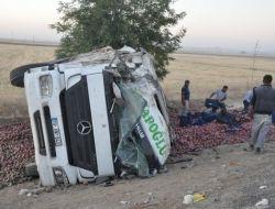 Kamyon Devrildi, 2 Kişi Yaralandı