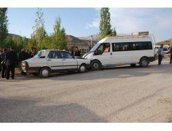 Otomobil İle Minibüs Çarpıştı: 8 Yaralı